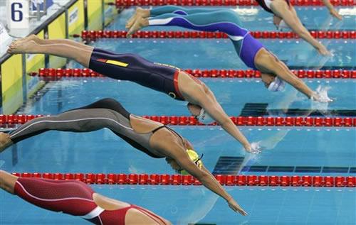 图文:女子4x200米自由泳中国夺冠 各美人鱼入水