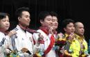 图文:刘鹏祝贺丁俊晖组合 大家展示奖牌