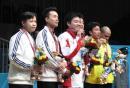 图文:刘鹏祝贺丁俊晖组合 队员在颁奖仪式上
