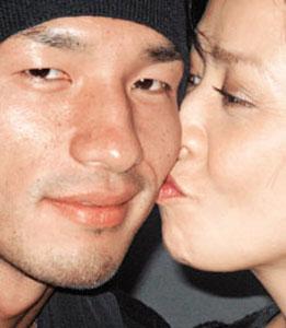 与中田英寿亲吻被拍 嘉玲强调是正常社交(图)