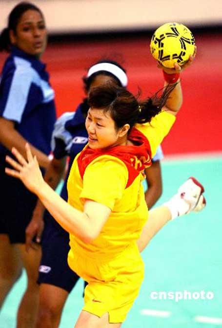 图文:中国手球队56-19胜印度队 中国队员进攻