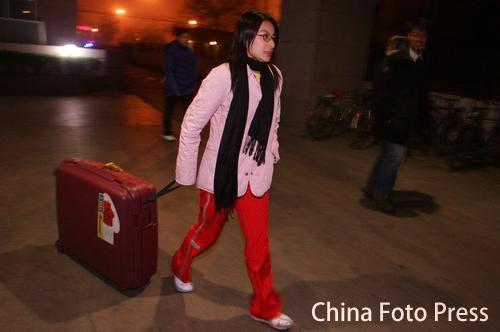 图文:中国跳水队出征多哈 郭晶晶拉动行李箱