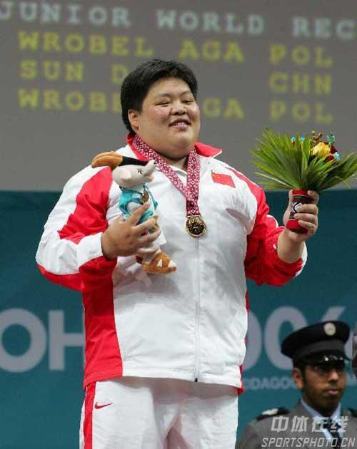 图文:破女举75公斤以上级世界纪录 颁奖仪式