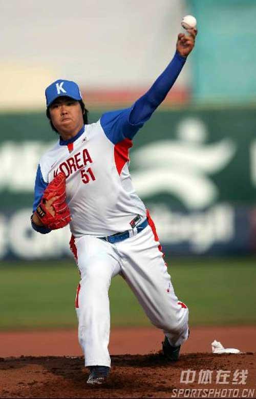 图文:中国棒球2-12负于韩国 韩国队投手投球