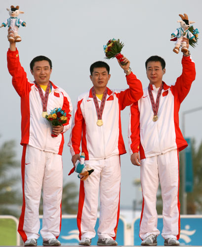 图文:亚运男子25米手枪速射团体赛 三剑客领奖