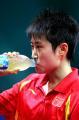 图文:亚运会乒乓球女单半决赛 郭跃补充能量