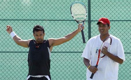 图文:多哈男子网球比赛 印度双打选手在训练后