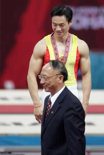 图文:杨威获体操男子双杠冠军 刘鹏为杨威颁奖