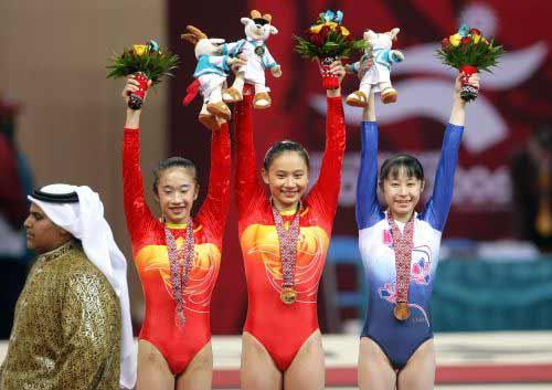 图文:平衡木女子中国队包揽金银牌 向观众致意
