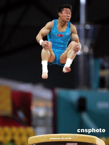图为:男子跳马朝鲜选手李思光获金牌 抱腿腾空