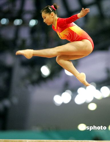 图文:女子体操平衡木决赛张楠获金牌 凌空飞燕