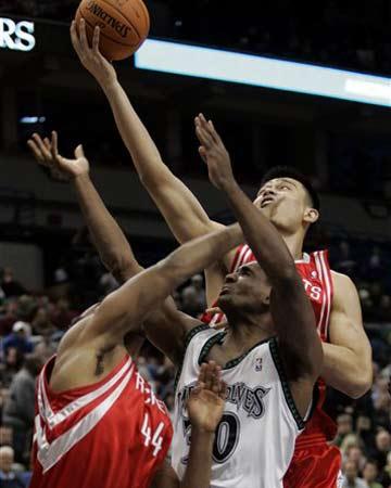NBA图:火箭半场不敌森林狼 姚明控制篮板球