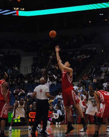 NBA图:火箭客场不敌森林狼 姚明封盖对手