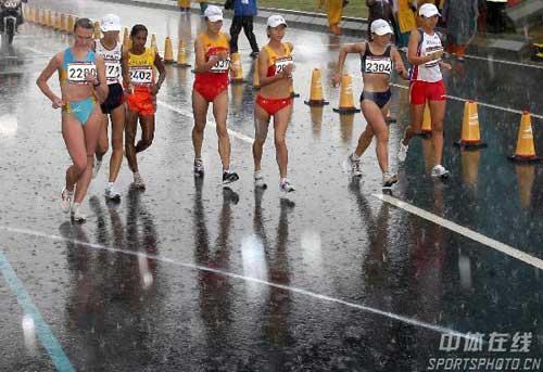 图文:亚运会女子20公里竞走 运动员暴雨中行进