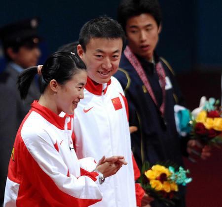 图文:乒乓混双 王楠/马琳夺冠站在领奖台上