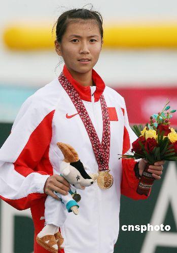 图文:女子20公里竞走 刘虹获金牌在领奖台上