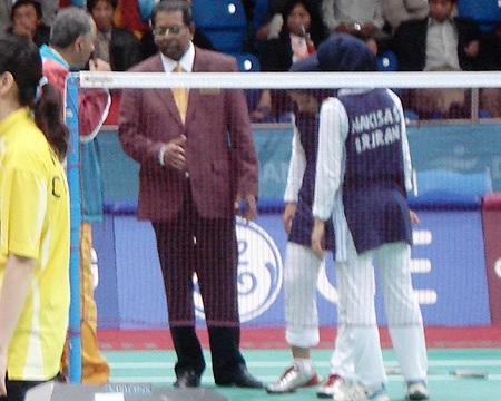 图文:羽毛球女双1/16决赛 伊朗队员腿伤退赛
