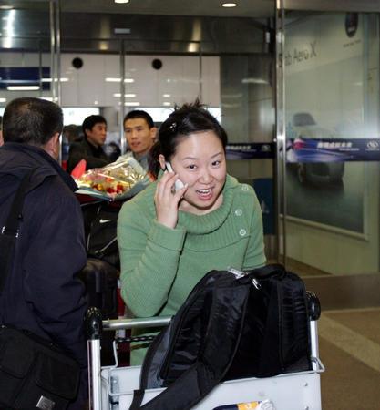 图文:部分射击队队员归国 武柳希抵达机场