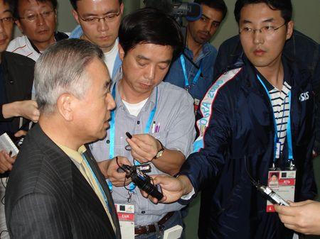 图文:韩国代表团举行发布会 官员场外接受采访
