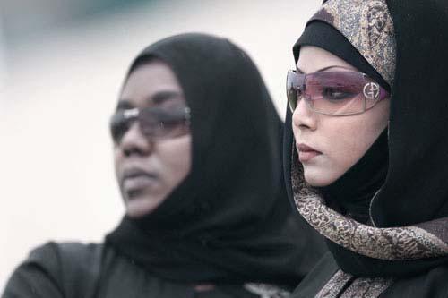 图文:多哈亚运飞碟比赛 美丽的阿拉伯女子观战