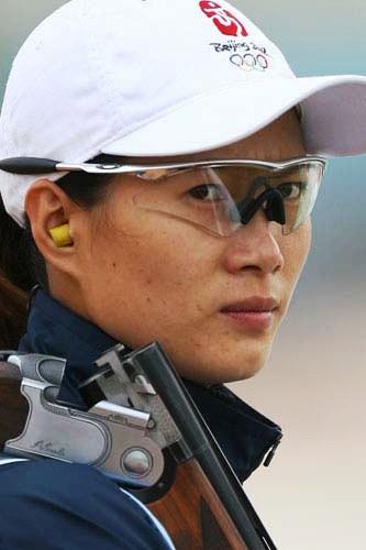 图文:女队获飞碟双向团体冠军 女子神枪手魏宁