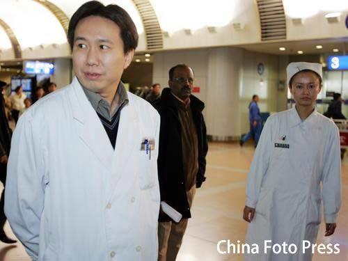 图文:欧阳小芳受伤归国 医生护士机场内等候