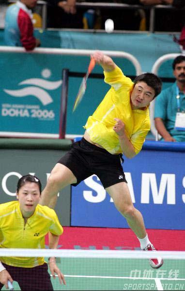 图文:郑波/高崚晋级羽球混双半决赛 比赛中