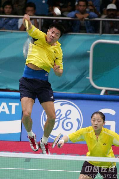 图文:谢中博/张亚雯晋级羽球混双半决赛 比赛中