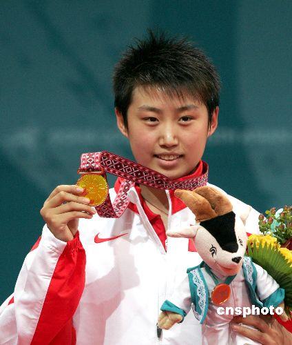 图文:郭跃获多哈亚运会女乒冠军 微笑展示金牌
