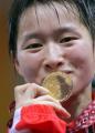 图文:女子跆拳道47公斤级 吴静钰亲吻金牌