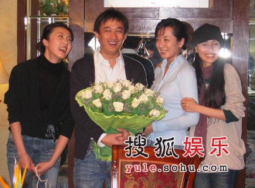 黄磊庆生豪饮 爱妻孙莉相伴女儿短信祝福(图)