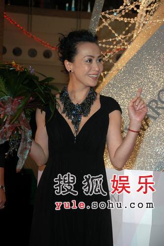 刘嘉玲出席亮灯仪式 酥胸半露性感撩人(组图)