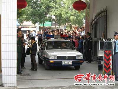 邱兴华已押至安康法院 法庭附近戒备森严(图)