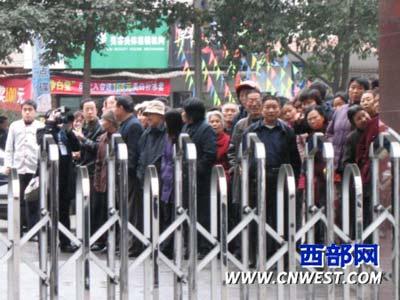 图文:法庭外群众焦急等待审判的结果
