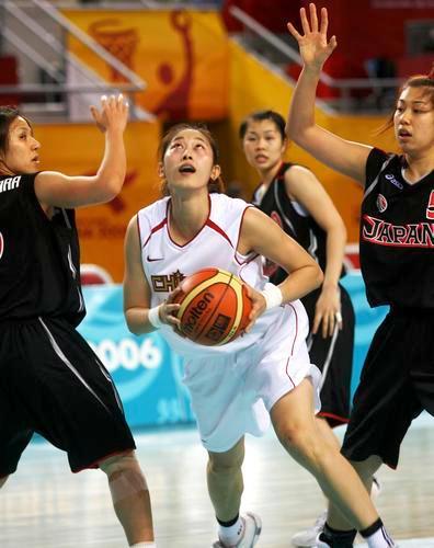 图文:亚运中国女篮大战日本女篮 隋菲菲上篮