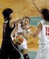 图文:亚运中国女篮大战日本女篮 任蕾在比赛中