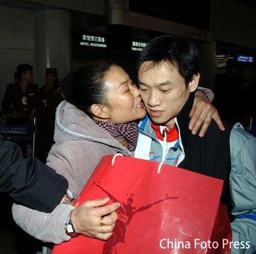 图文:体操健儿载誉回国 杨威的母亲拥抱儿子