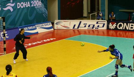 图文:女手46-17大胜乌兹别克斯坦 对手发球