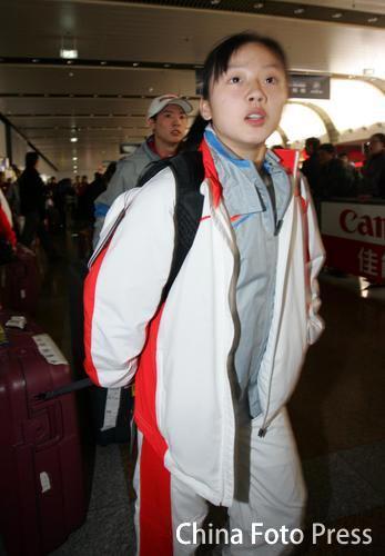 图文:体操健儿载誉回国 周卓如抵达机场