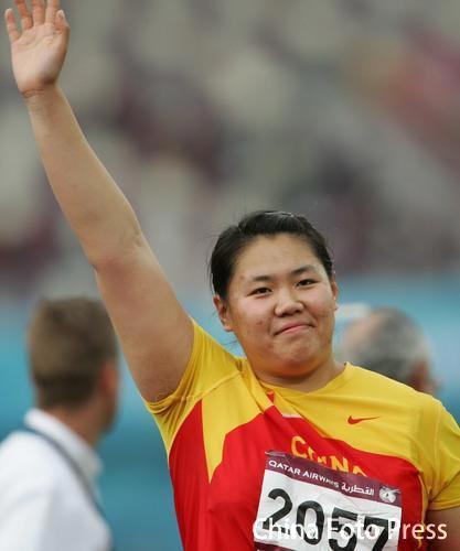 图文:女子链球张文秀夺冠 向大家挥手致意