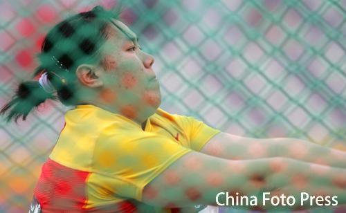 图文:女子链球张文秀夺冠 比赛中大力掷球