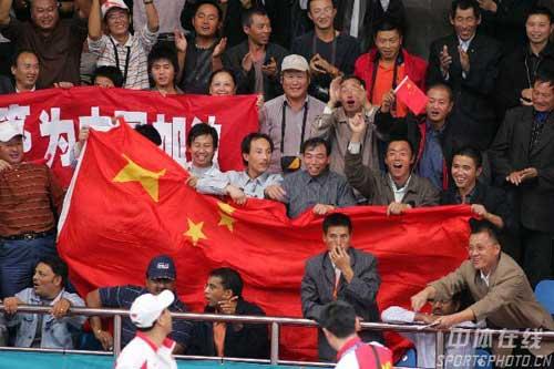 图文:林丹轻取对手晋级决赛 观众为林丹加油