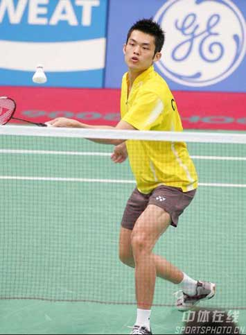 图文:林丹轻取对手晋级决赛 林丹在比赛中