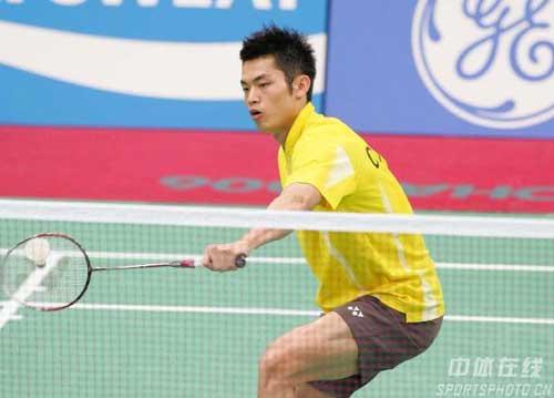 图文:林丹轻取对手晋级决赛 林丹专注比赛
