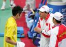 图文:亚运羽毛球男单半决赛 李永波在场边指导