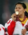 图文:亚运会女子链球决赛 顾原亲吻奖牌
