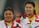 图文:亚运会女子链球决赛 张文秀顾原在领奖
