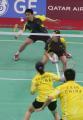 图文:郑波高��获羽毛球混双冠举 郑波回球瞬间