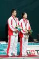 图文:郑波高��获羽毛球混双冠举 在领奖台上