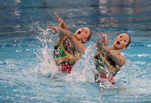 图文:花样游泳双人赛 中国姐妹花酷似池中蝴蝶